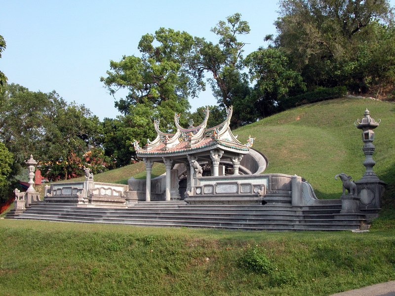 霧峰林家頂厝祖塋,其建築上有很高之研究價值,受國家評定之二級古蹟。