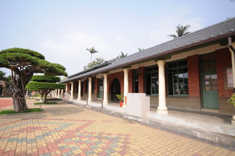 黑瓦斜頂為當時規格化的教室設計之