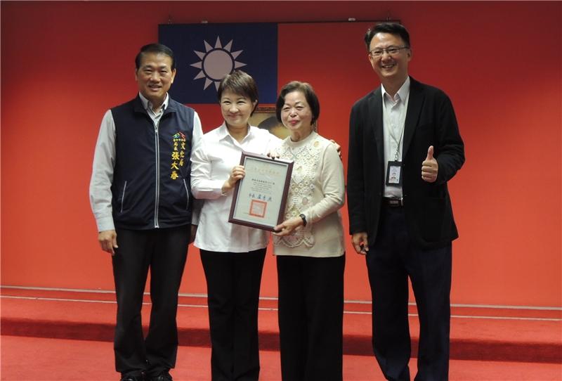 吳素霞藝師與盧市長、文化局長、文資處長合影