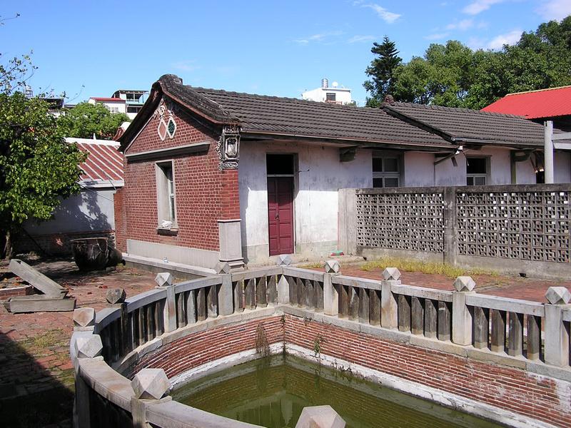 蓉鏡齋為紅瓦、土埆磚造三合院,作為提供私塾之用。