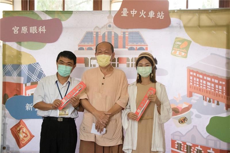 陳景聰老師與獲獎來賓合照