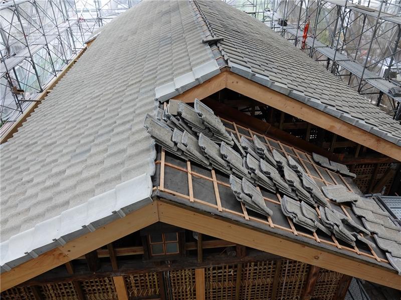 公版-潭子國小日式校舍的屋頂,依傳統工法進行修復
