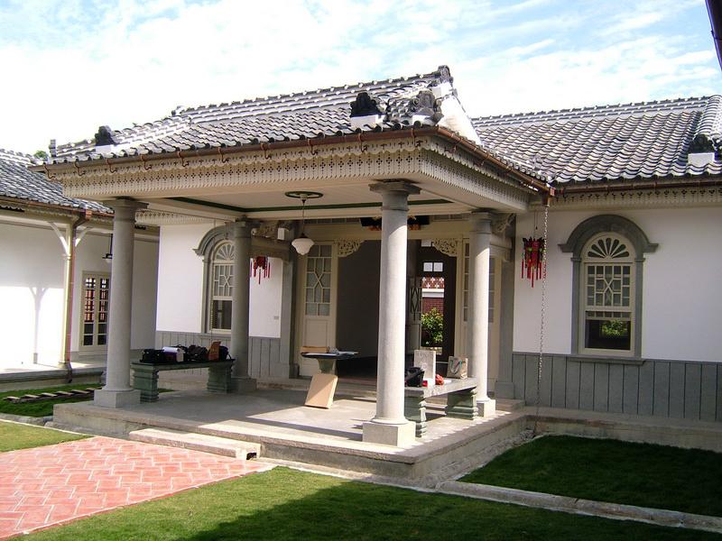 頤圃原為頂厝穀倉與客房,經林紀堂整理後遍植菊花,並起蓋二層洋樓。