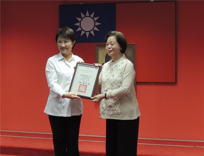 盧市長頒授登錄證書予合和藝苑團長林吳素霞藝師