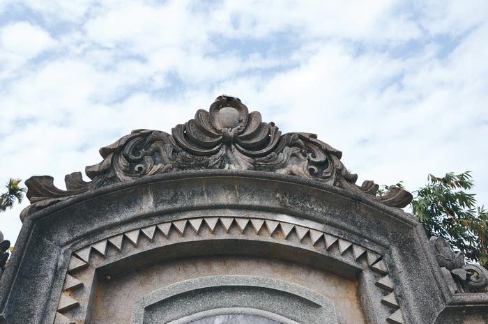 邱先甲墓園墓碑上方