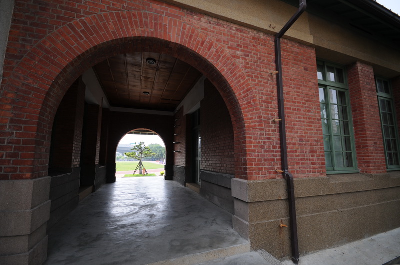 拱形磚造穿廊上方為檜木天花板