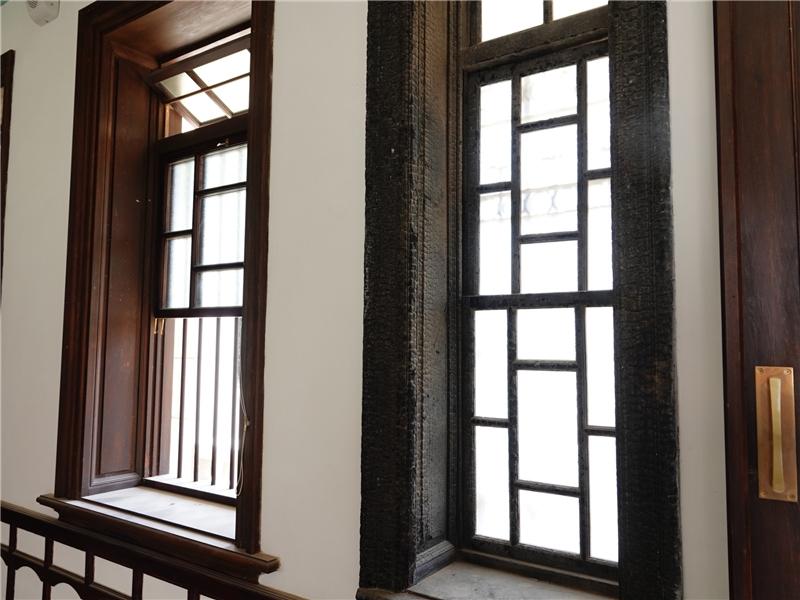 清水黃家瀞園前廳保留一樘經火災而碳化的窗臺,提醒古蹟管理維護的重要性