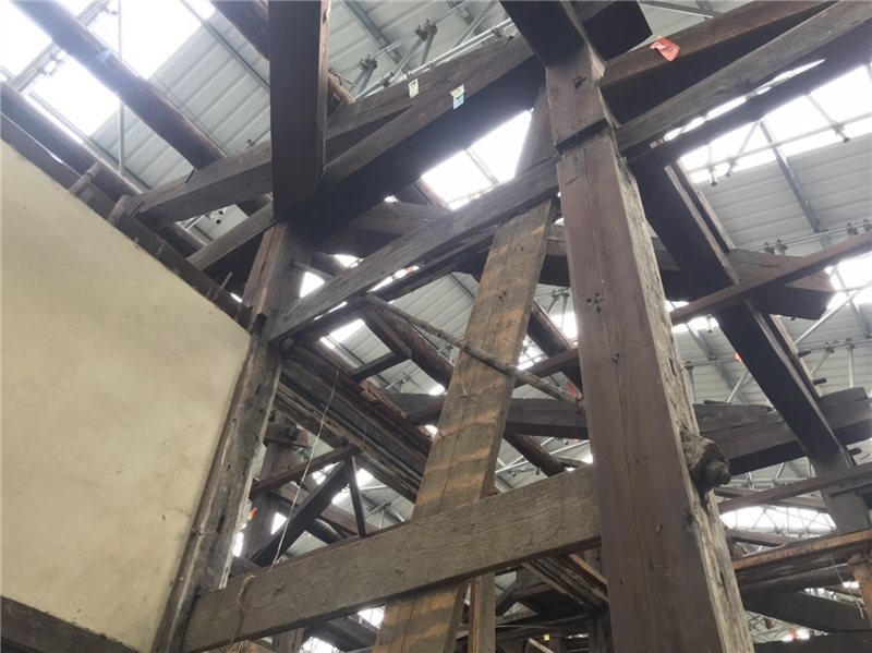 公版-潭子國小日式校舍,原建築壁體發現有斜向鐵件補強