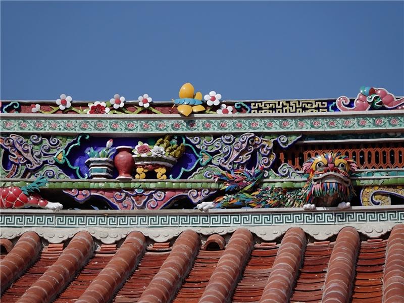 清水黃家瀞園屋脊上精美的剪黏裝飾