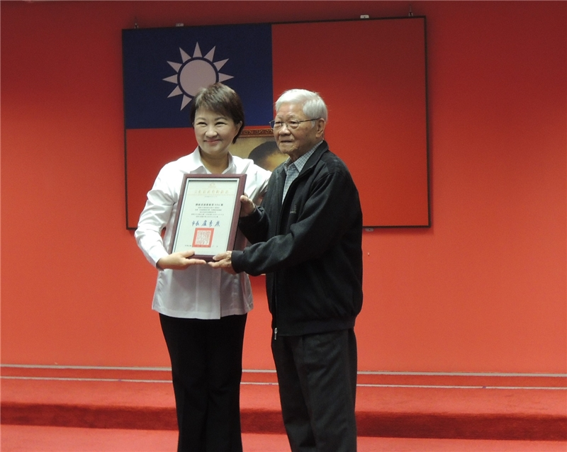 盧市長頒授登錄證書予朱南星藝師