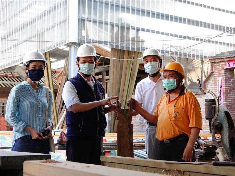 清水社口楊宅修復工程,邀請國寶級大木作保存技術者劉鴻林師傅參與(右一)