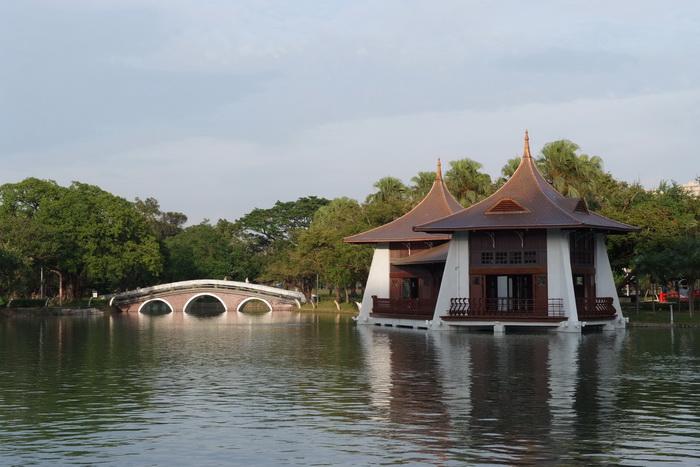 湖心亭為雙併式頂涼亭,內為同一平台構造水上建物,水面及以下主要以混凝土柱支撐,平台以上樑柱以木架為主結構。
